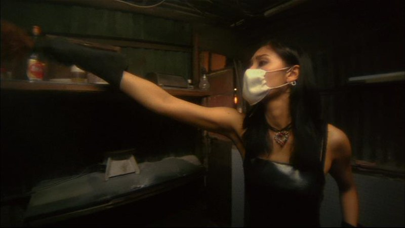 ウォン・カーウァイ監督「天使の涙」の一場面。レザーのタイト・ドレスに網タイツというビザール・ファッションで部屋の掃除をするミシェル・リー。