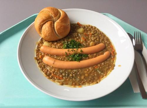 Lentil stew with sausages & bun / Linsensuppeneintopf mit Würstchen & Semmel