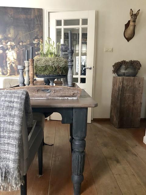 Eettafel met zwarte poten voorjaarstuk kandelaars