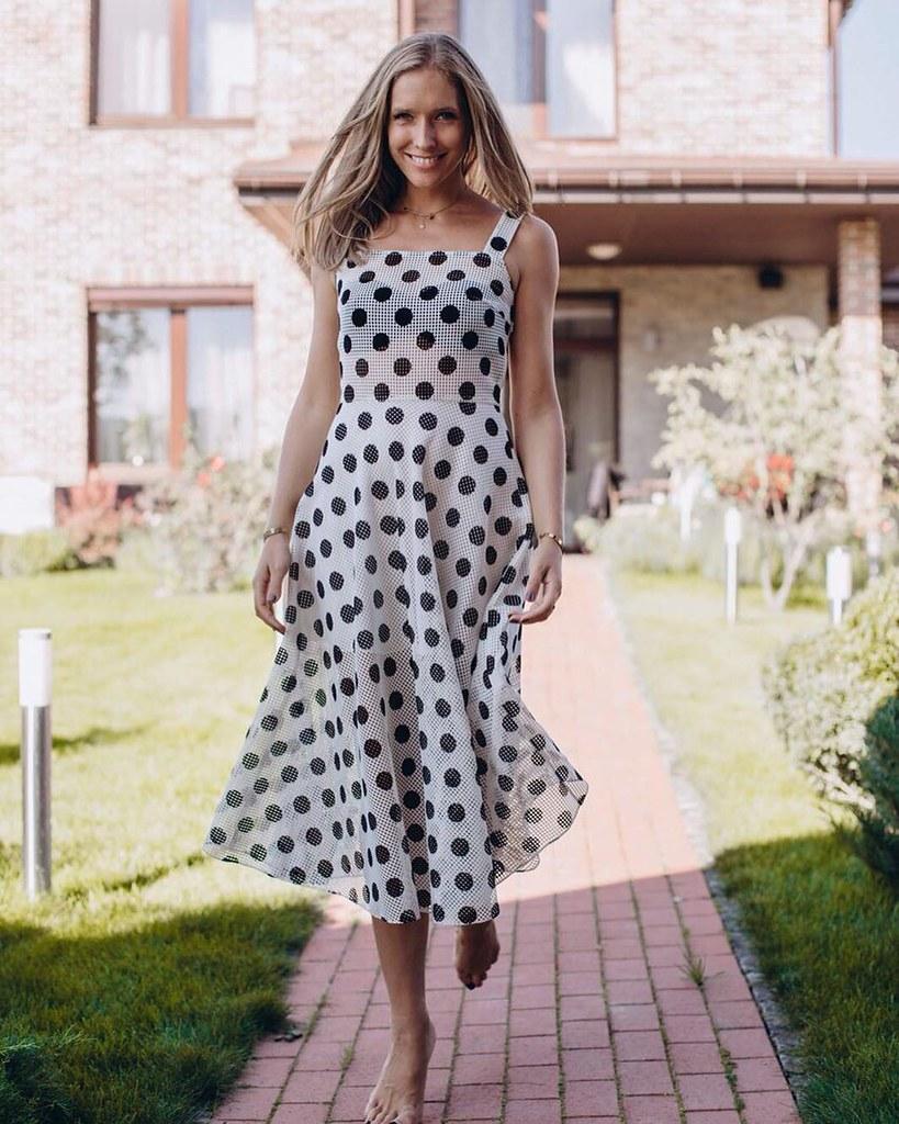 Катя Осадчая в летнем платье в горох