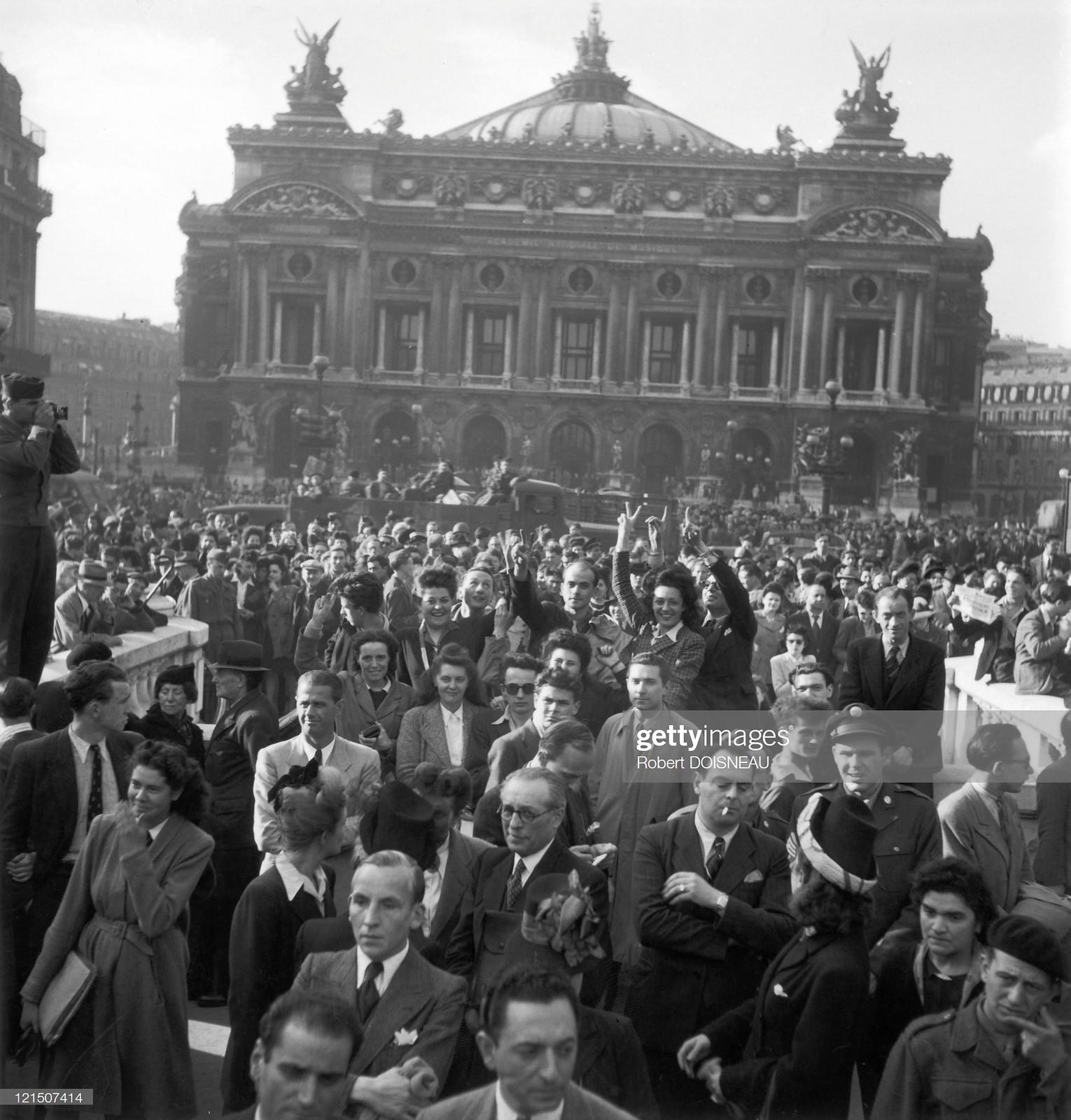 1945. Перед Оперой Гарнье собралась торжествующая толпа, чтобы отпраздновать победу союзников