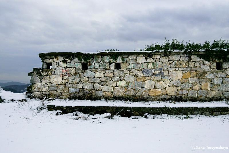 Стена на склоне горы