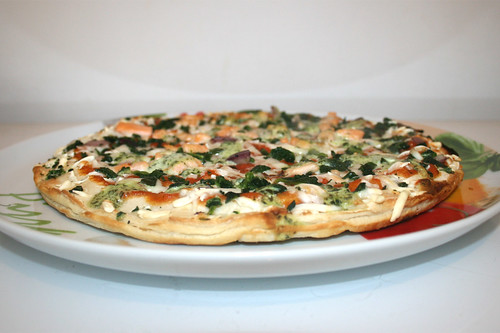 Wagner - Die Backfrische - Pizza Lachs Spinat mit Joghurt-Basilikum-Creme  - Seitenansicht