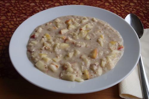 Veganer Apfelhaferbrei (mit Mandelmilch und gemahlenen Mandeln)