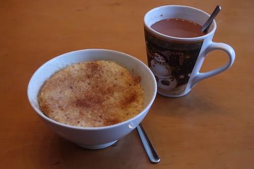 Apfel-Tassenkuchen und Haferdrink-Kakao