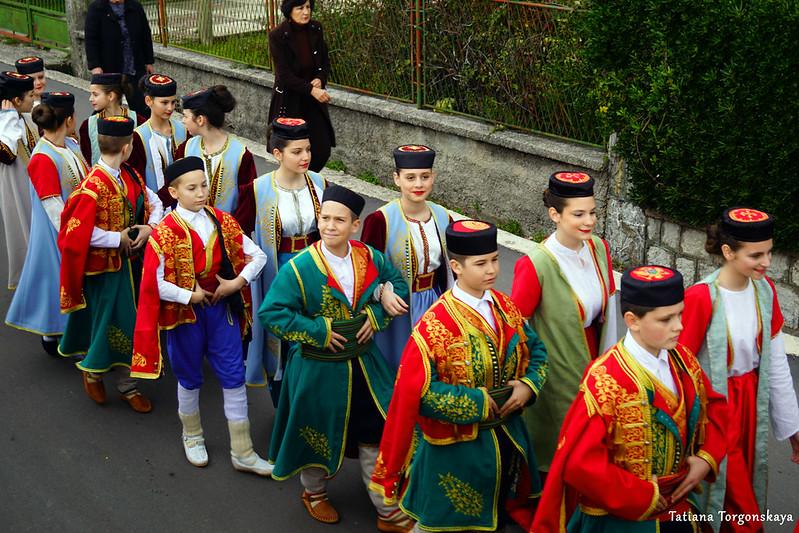 Дети из фольклорного ансамбля во время шествия