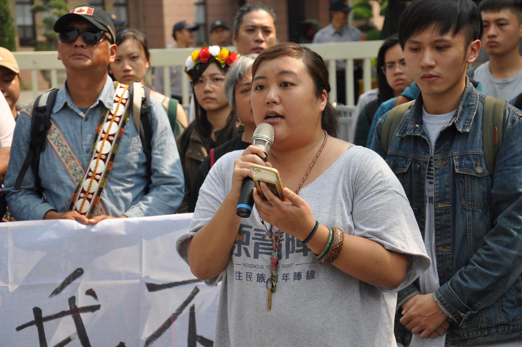抗議現場有眾多民間團體到場聲援,圖為原住民青年陣線聯盟成員Savungaz。孫文臨攝
