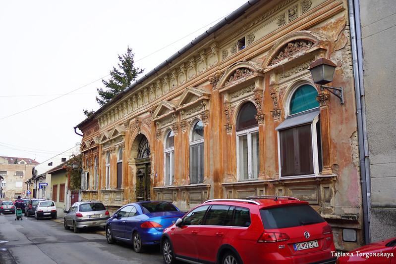 Улица в Старом городе с бесплатно припаркованными автомобилями