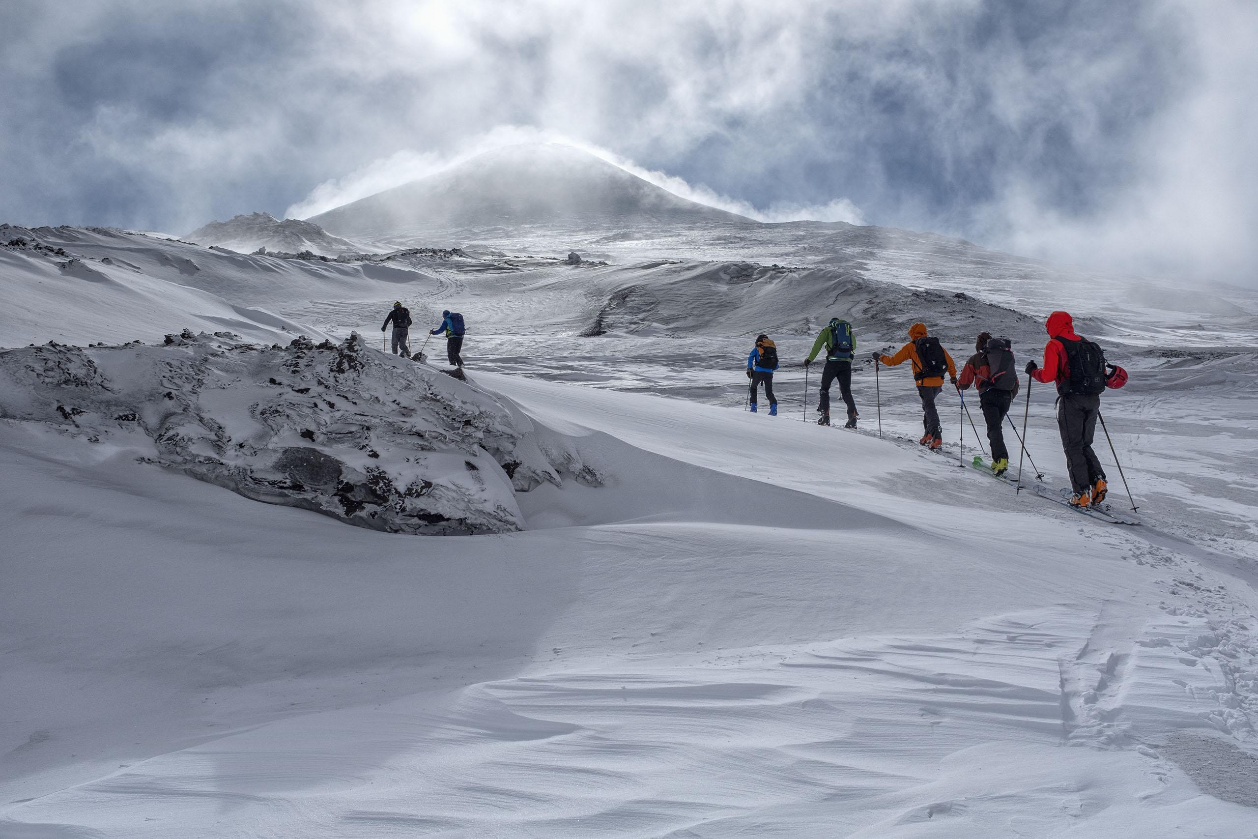 Scialpinismo sull'Etna: il plateau sommitale con la vetta