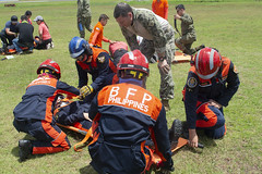 Lt. Cmdr. Erik Hardy assists Philippine emergency responders with enroute care training during Pacific Partnership. (U.S. Navy/MC2 William Berksteiner)