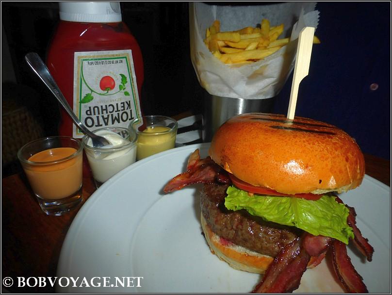 המבורגר ב- קפה נואר (Cafe Noir)