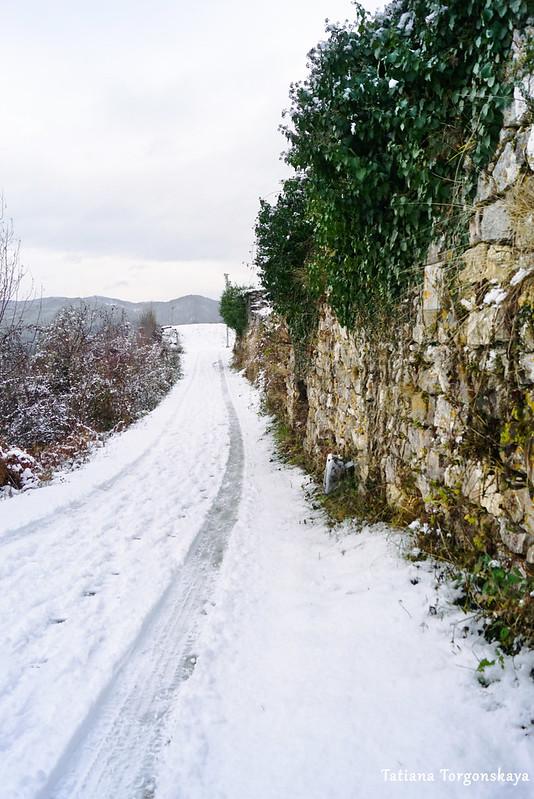 Дорога вдоль крепости