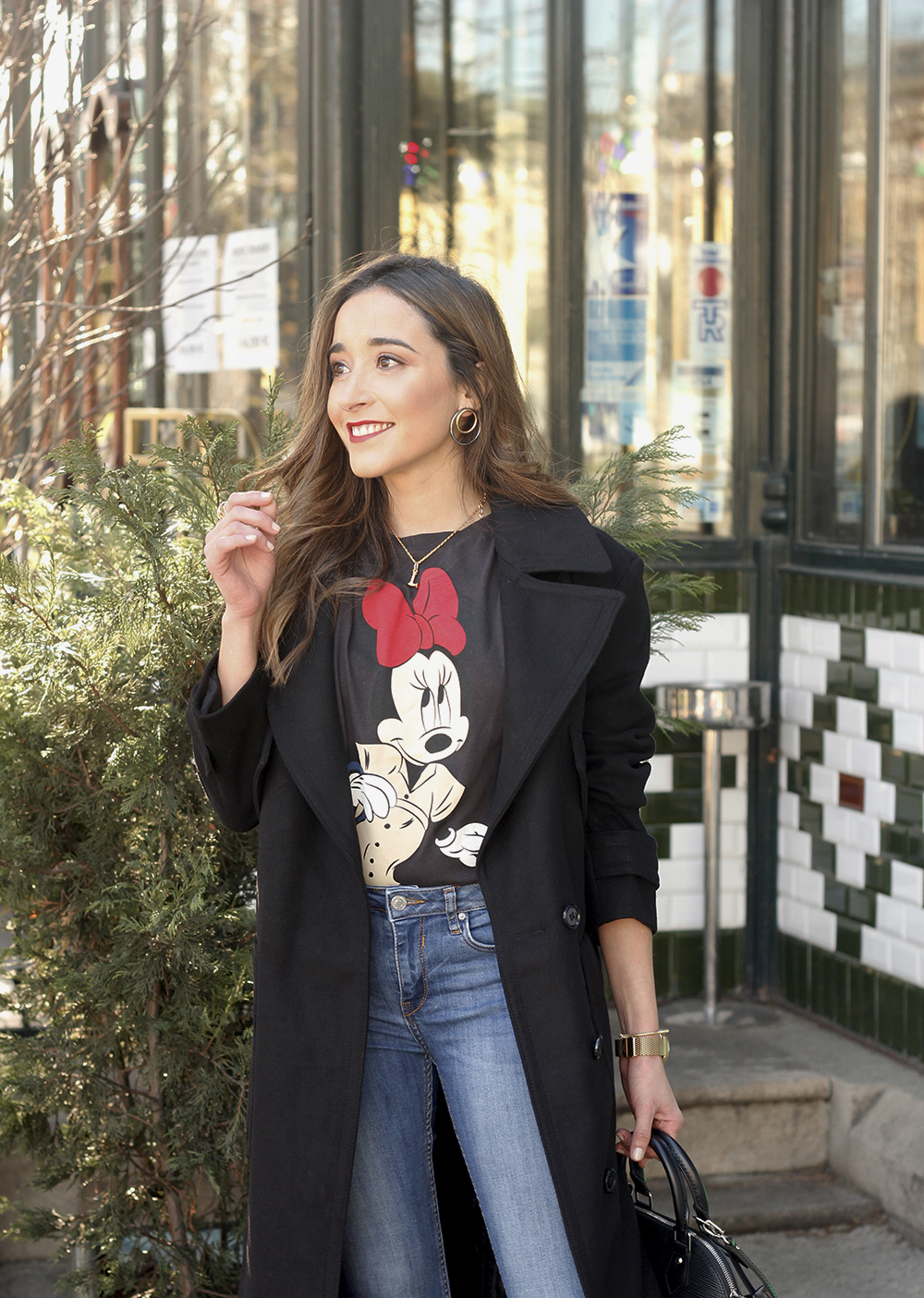 black trench coat amazon fashion minnie t-shirt louis vuitton bag uterqüe street style outfit 201912