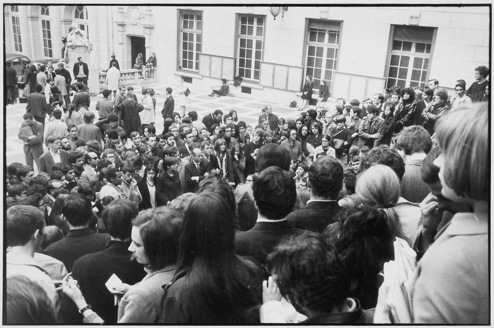 Митинг во дворе Сорбонны