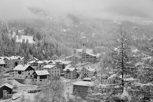 Le village de Tiefencastel, vu du train, sous la neige, en noir et blanc © Bernard Grua