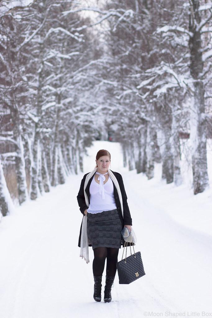 Outfit_white_shirt_tartan_skirt-12