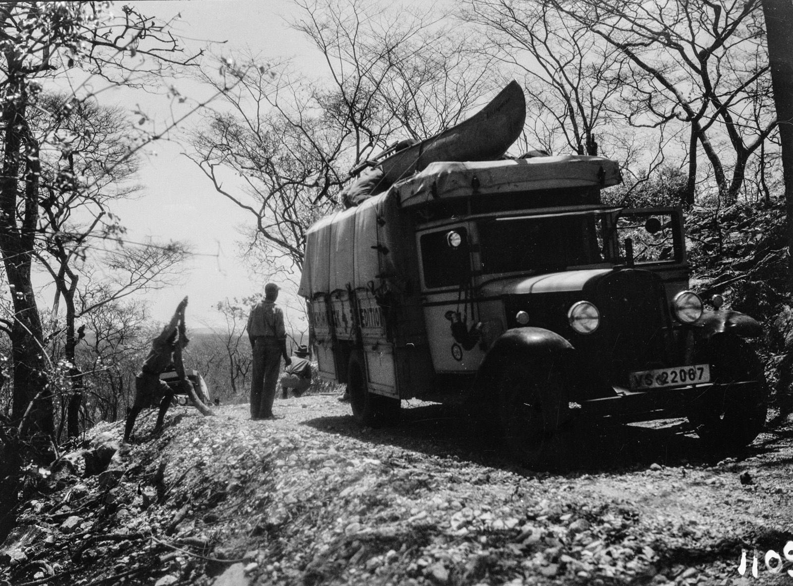 1109. Лундази. Экспедиционный грузовик на проселочной дороге.