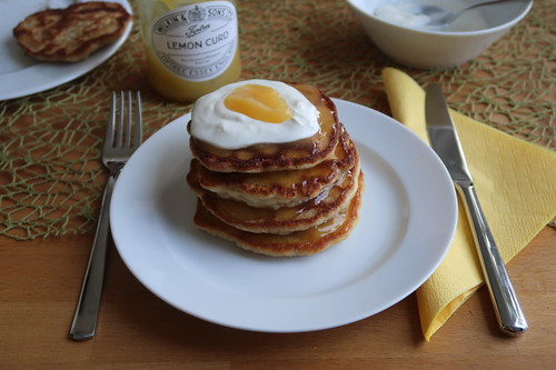 Joghurt-Pancakes mit Lemon Curd (mein Teller)